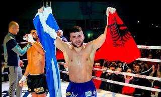 Ποιος είναι αυτός που σηκώνει την Ελληνική και την Αλβανική σημαία στο ρινγκ;