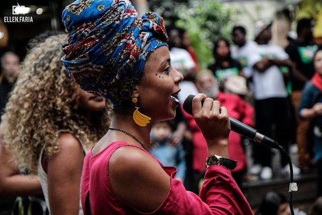 A poeta brasileira Jô Freitas representa o país em Slam no Peru e ouve mulheres para projeto
