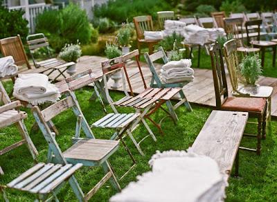 Ceremonia con distintas sillas originales y combinadas. Wedding planner Cádiz. Organización bodas Cádiz
