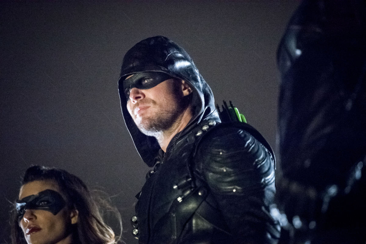 Stephen Amell y Juliana Harkavy en Arrow de The CW