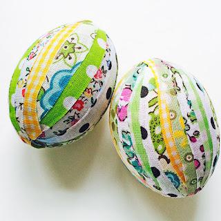 Uova decorate con stoffa senza cucire