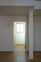 旗竿地に建つ木造3階建て住宅:深沢の家,階段,リビングから, 小形 徹 * 小形 祐美子プラス プロスペクトコッテージ 一級建築士事務所の設計