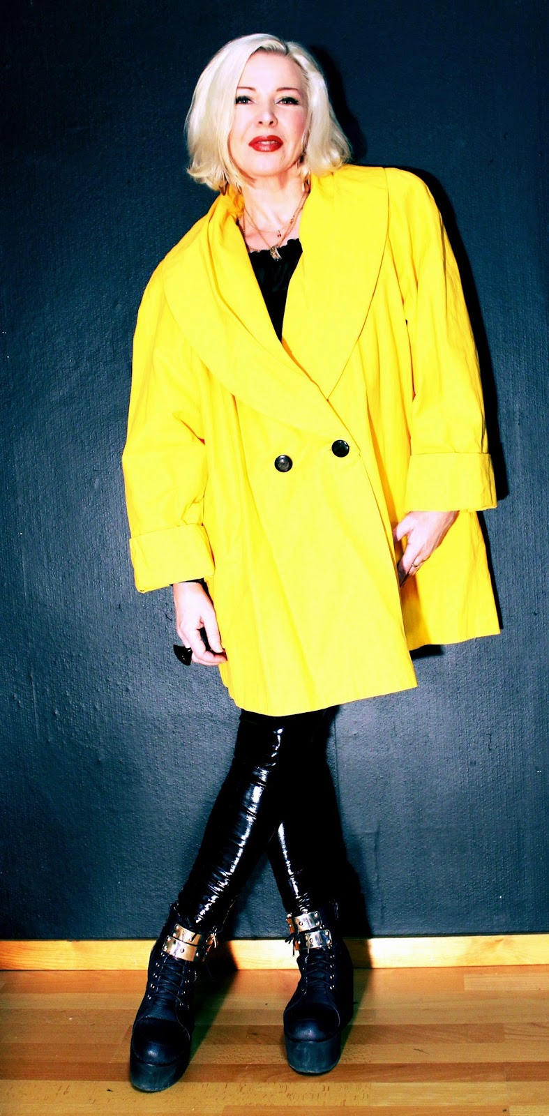 9979c83376e3 Denna gula kappa hänger fortfarande i min garderob - för evigt. Den är på  något sätt symbol för friheten, från tiden då man äntligen fick uttrycka  sig!!