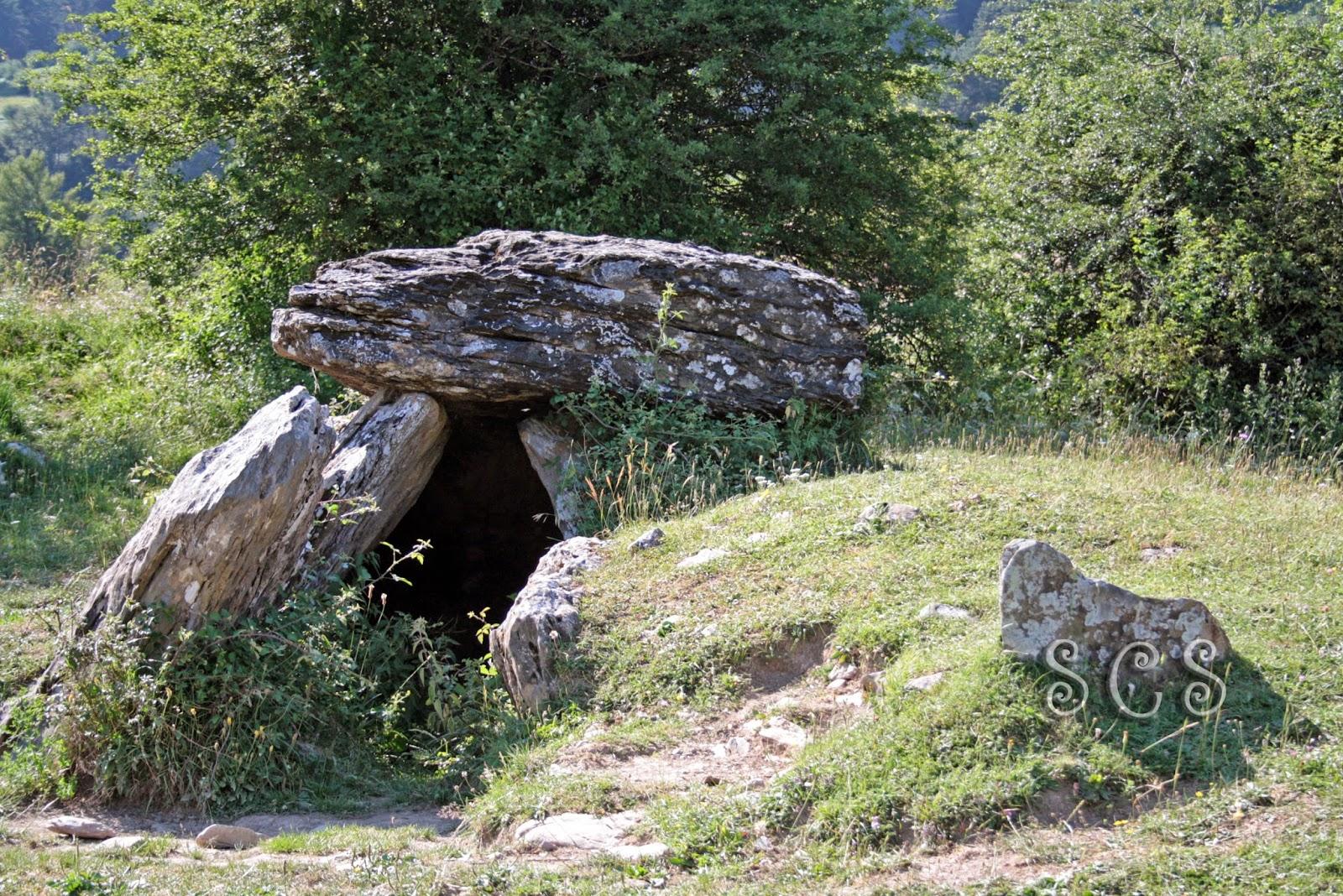 Dolmen Arrako en el valle de Belagua (Navarra, España)