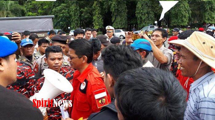 Sering Terjadi Banjir, Gagal Panen Warga Batangase Demo DPRD