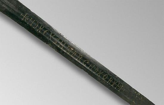 Detalhe da inscrição misteriosa da espada