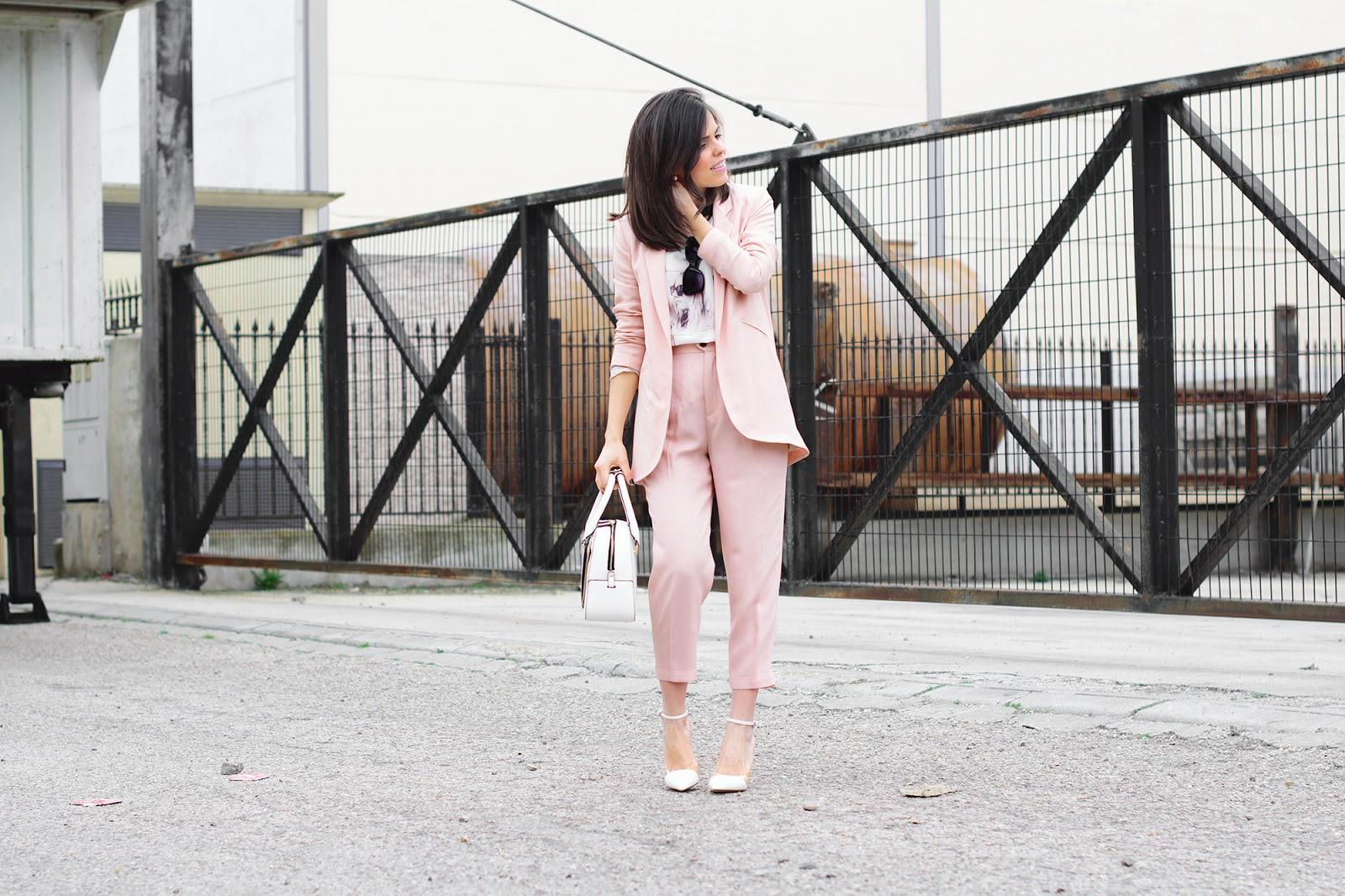 Look de ponteunostacones con traje rosa de Zara