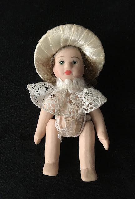 pequena porcelana articulada sem roupas