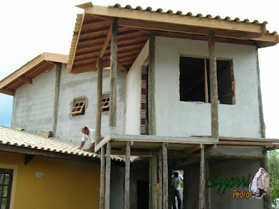 Todo o madeiramento pronto com o forro por cima dos caibros com os pilares de madeira de eucalipto tratado e já com o reboque desempenado e filtrado na parede prontos.