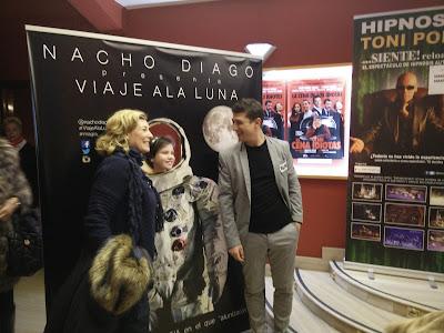 Nacho Diago posando para el photocall en el hall del teatro Olimpia