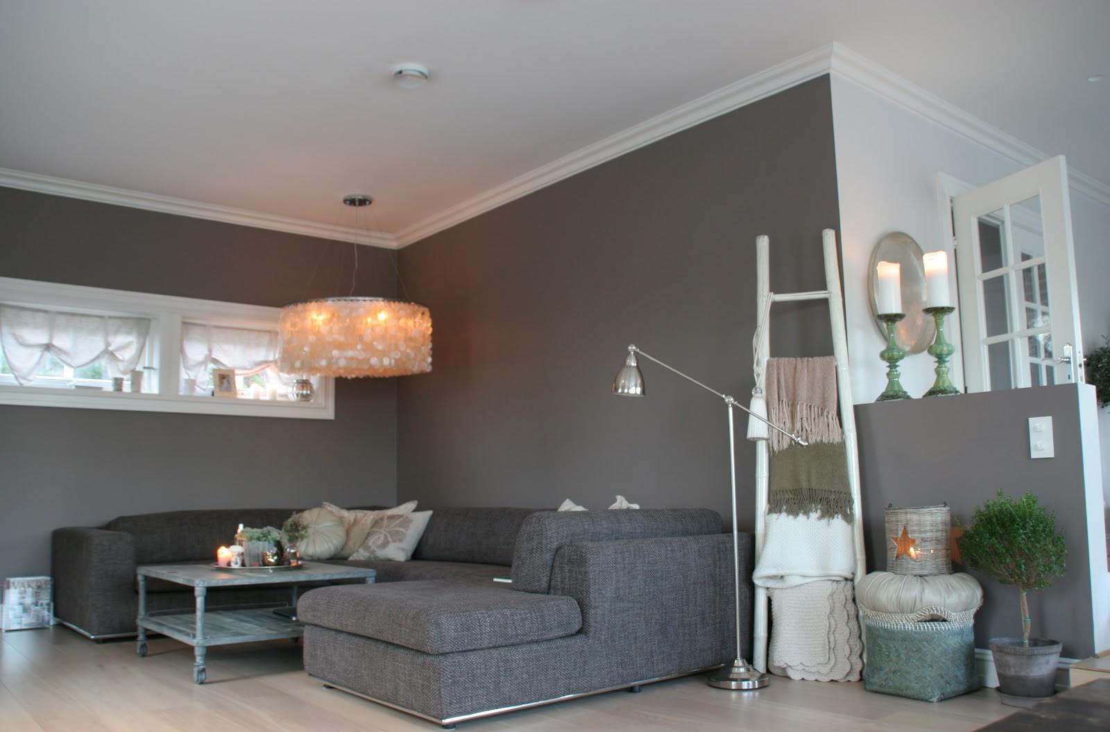 mørkegrå sofa med chaiselong