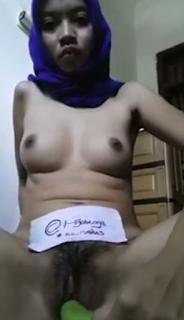 Video Cewek Jilbab Sange Masturbasi Pakai Terong