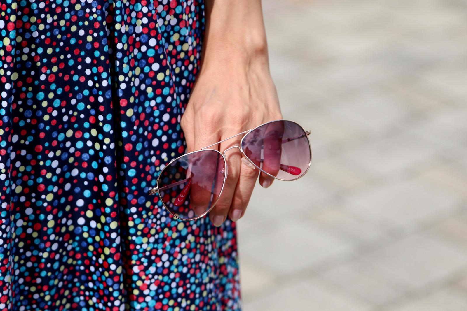farebné bodkované šaty s ružovými doplnkami