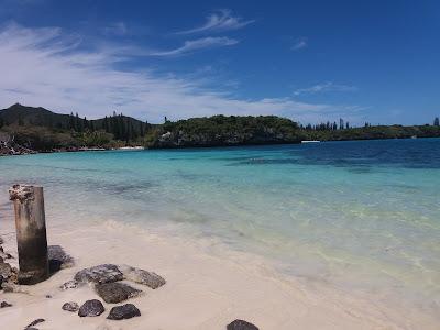 Aguas cristalinas e areia branca em ilha do Sul do Pacifico
