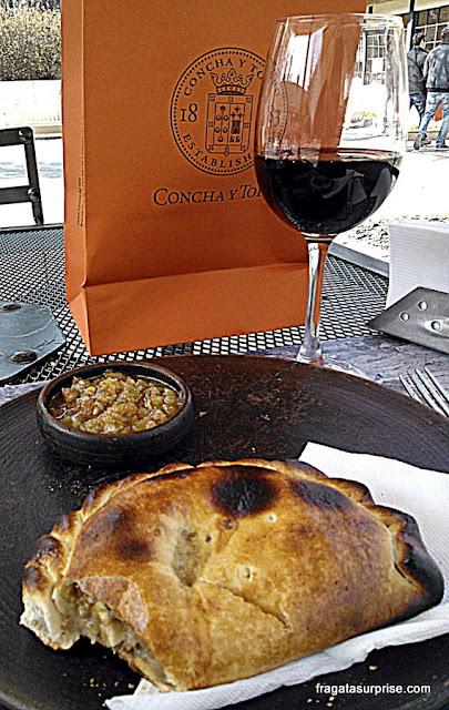 Empanada de pino e taça de vinho servidos no wine bar da Vinícola Concha y Toro