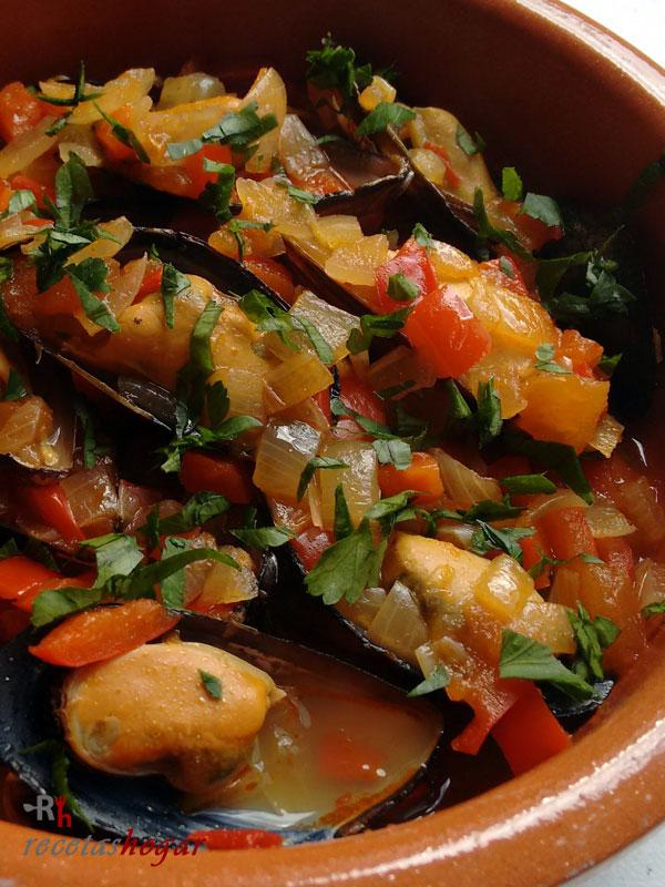 Deliciosos mejillones a la marinera con tomate