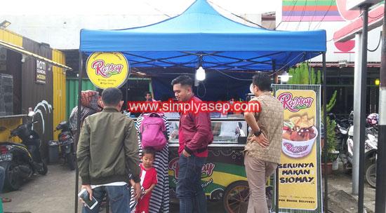 KEDAI RAMAY : DI hari pembukaan sudah banyak warga yang penasaran dengan sajian unik dari RaMay Rajanya Siomay ini. Foto Asep Haryono