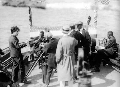 """Чарли Чаплин без грима на съемках """"Дня развлечений"""" / A Day's Pleasure (1919)"""