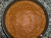 Cubriendo la base del molde con las galletas