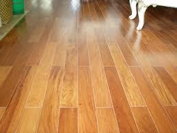 sàn gỗ tự nhiên luôn sáng bóng