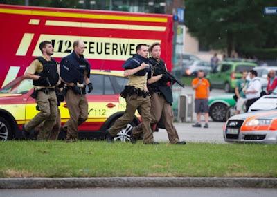 """La policía alemana confirmó un tiroteo en el centro comercial Olympia de Múnich, sin dar más detalles sobre el origen del mismo aunque más tarde ha asegurado que en el ataque habrían participado tres tiradores. Todos ellos, que al parecer portan """"armas largas"""", se han dado a la fuga, por lo que la policía alemana ha realizado un gran despliegue por toda la ciudad para tratar de encontrarlos. A última hora de la tarde fuentes policiales hablan de """"alta alerta terrorista en Múnich""""."""