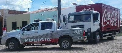 Em Groaíras, elementos em uma moto assaltam caminhão de entrega da Coca-Cola.