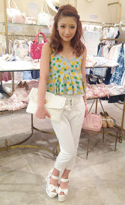 http://liz-lisa.tumblr.com/post/89566290548/shop-staff-snap-coordinate