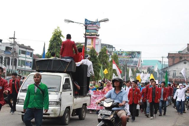 Aksi Aliansi Mahasiswa Peduli Demokrasi Tabagsel Menuntut Keadilan Ke DPR-KPU Kota Padangsidimpuan