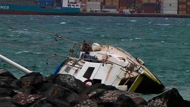 El catamarán semihundido por el fuerte viento en la playa de Las Alcaravaneras,  Las Palmas de Gran Canaria