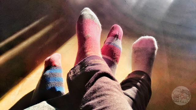 Mis calcetines desparejados y los de mi niña, sentada en mis piernas.