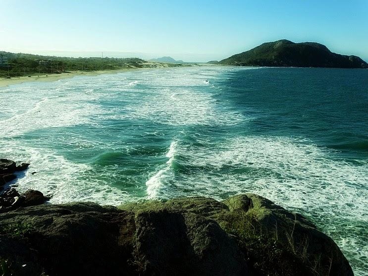 A Praia do Santinho deve o seu nome a uma inscrição rupestre identificada como um santo.