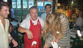 Η πριγκίπισσα Βεατρίκη σπάει πιάτα σε ελληνικό γλέντι στη Σύμη