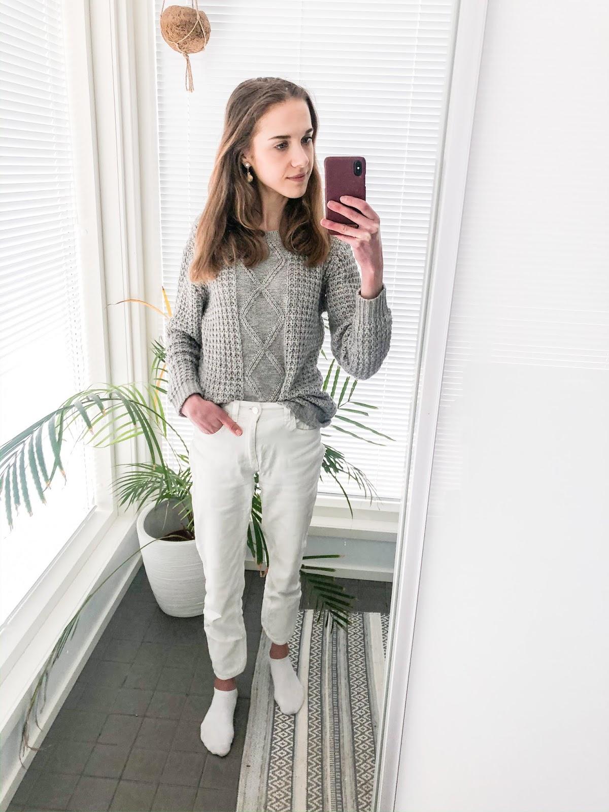 White jeans + grey jumper outfit - Asu valkoisten farkkujen ja harmaan neuleen kanssa