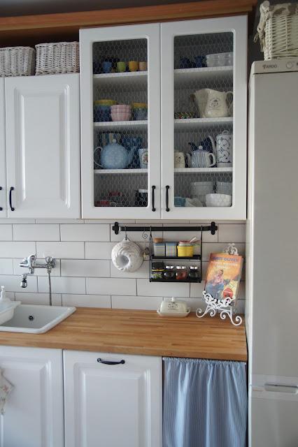 zasłonka w kuchennej szafce