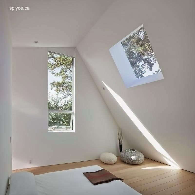 Dormitorio en planta alta bajo el techo con mayor caída