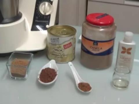 Los ingredientes para elaborar el exfoliante de cacao, azucar moreno, cacao, canela, aceite de almendras