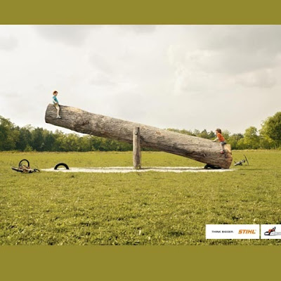 publicidad y fotomontaje niñas en un árbol