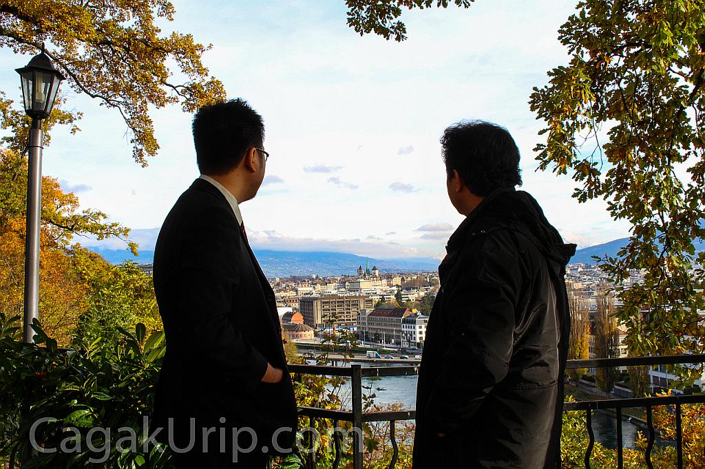 Menatap pemandangan kota Jenewa dari belakang kantor