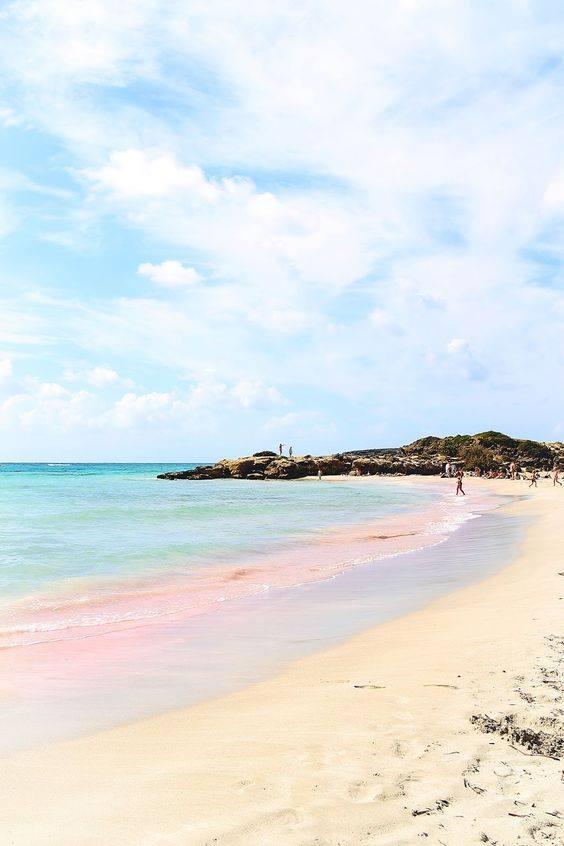 3c38044234 Ένα μικρό νησί που πας με τα.. πόδια! Μια παραλία με ροζ άμμο και ...