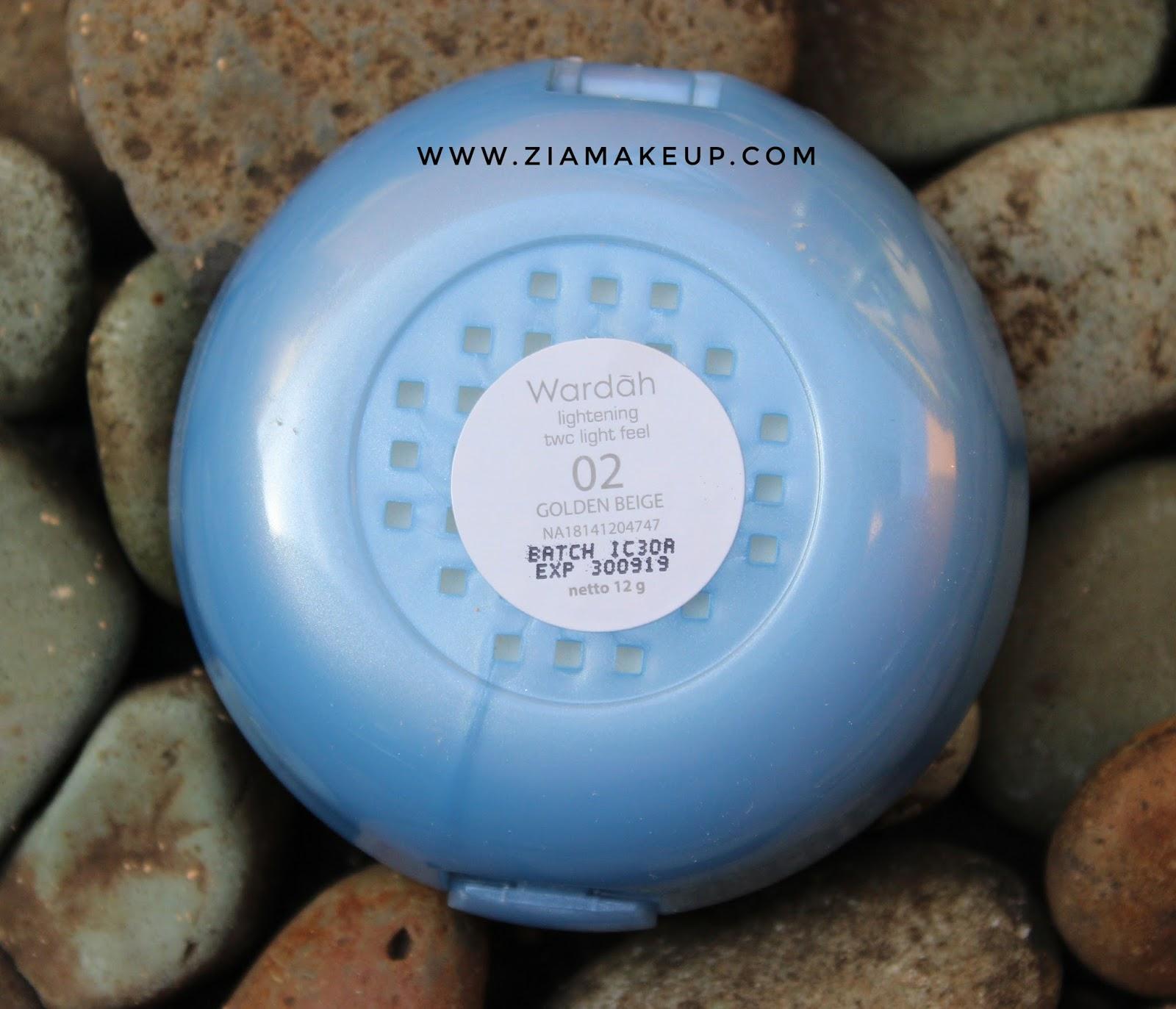 Review Wardah Lightening Two Way Cake Ziamakeup Warda Luminous Berwarna Biru Dengan Label Di Bagian Depannya Warnanya Cantik Banget Ciri Khas