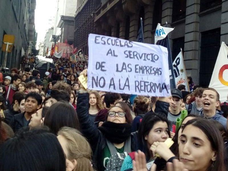 Protesta contra reforma educativa crece en escuelas de Buenos Aires