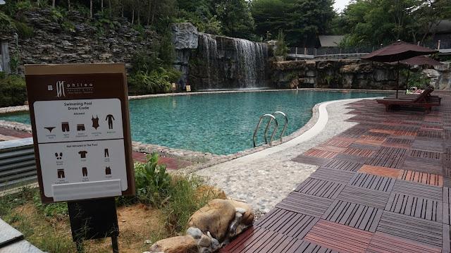 Air terjun yang mengalirmasuk kedalam kolam renang