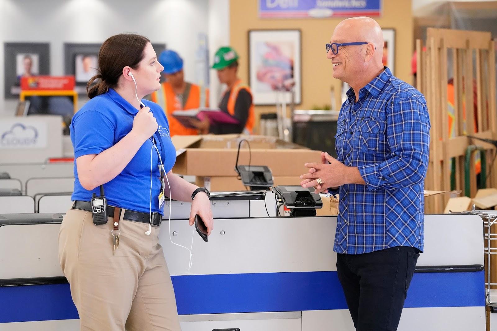 Gina y Howie Mandel en el episodio 3x01 de Superstore