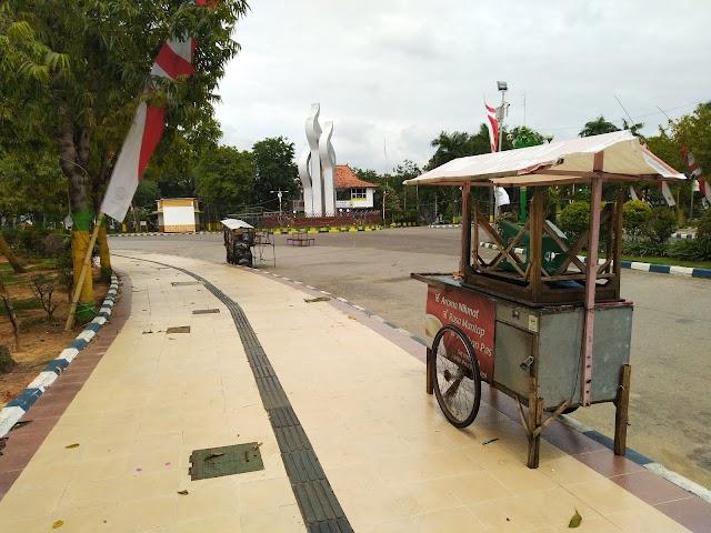 Monumen Arek Lancor Dijadikan Steril, PKL Masih Nekat Berjualan