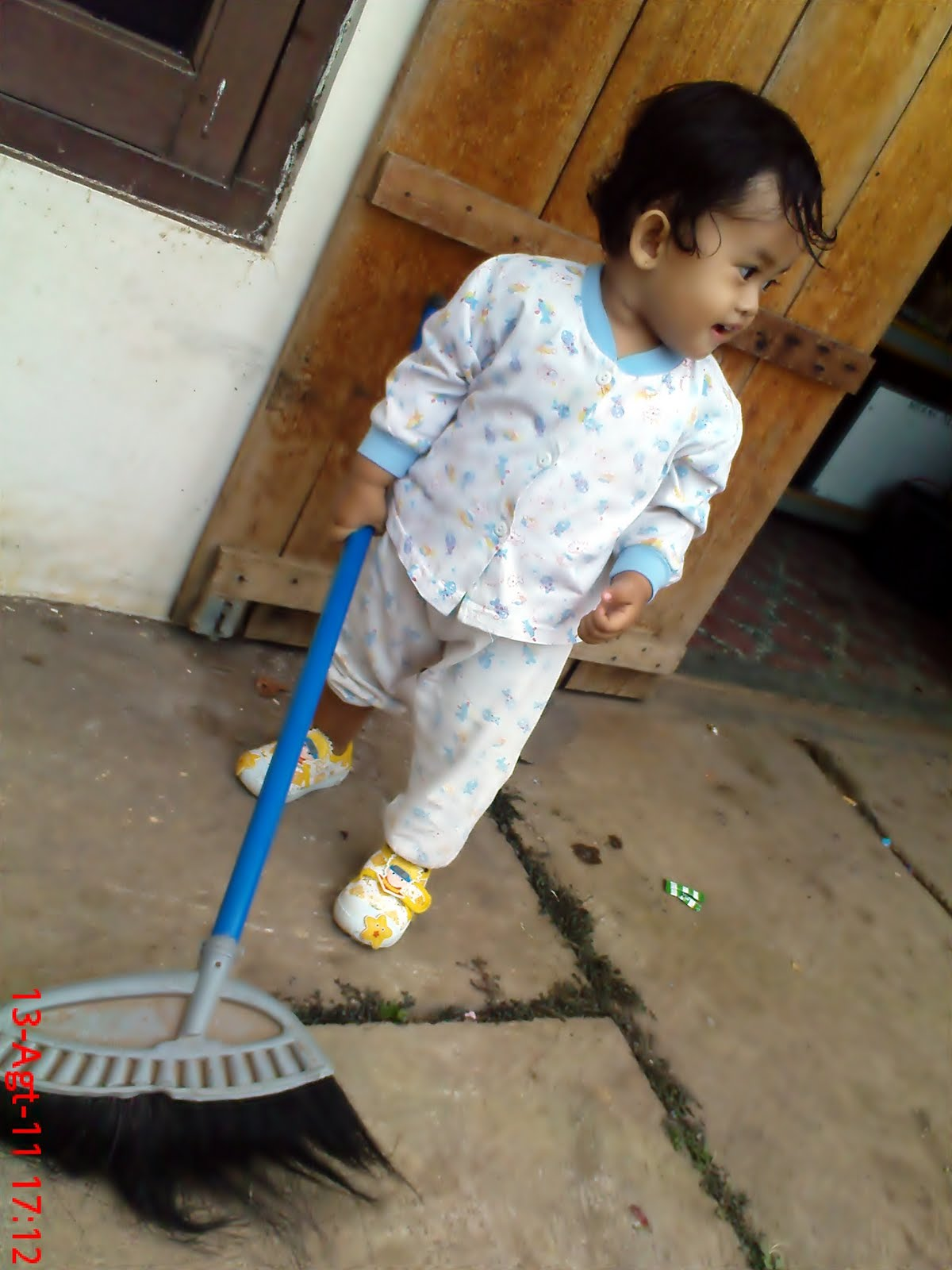 KAKEK PANKY Anak Kecil Lucu Menyapu