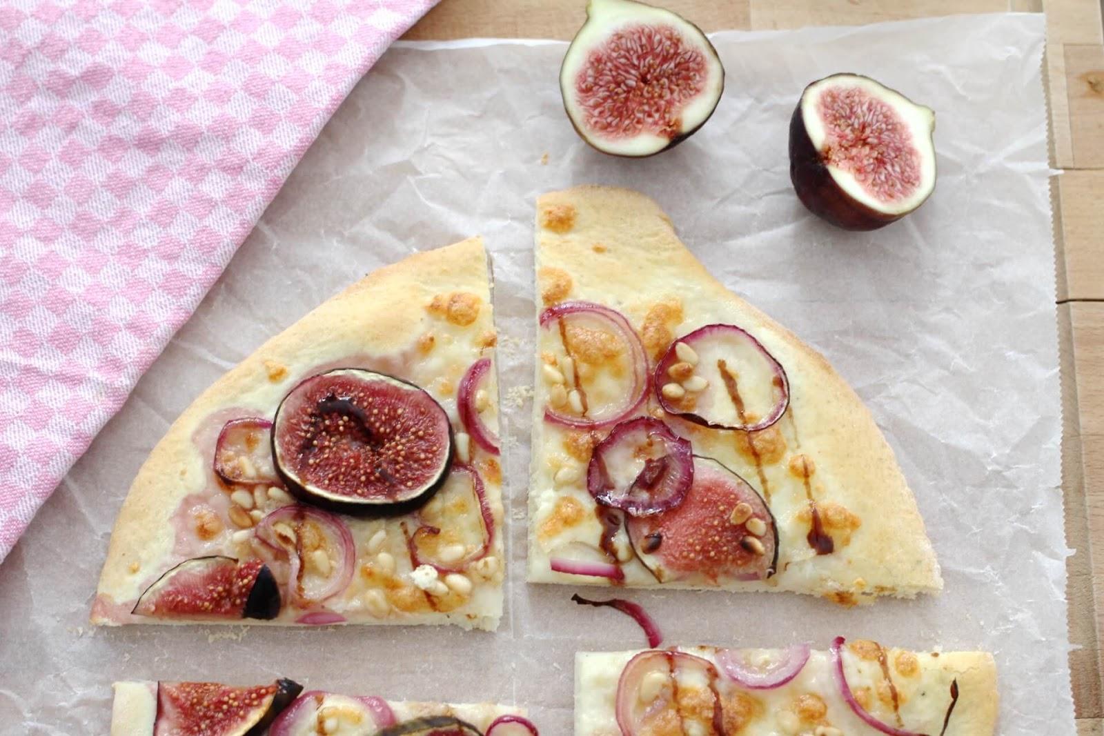 Pizza Bianca mit Feigen und karamellisierten Zwiebeln
