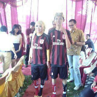 Unik! Sepasang Pengantin ini Hebohkan Netizen Karena Memakai Jersey Tim Sepak Bola Italia saat Pernikahannya.