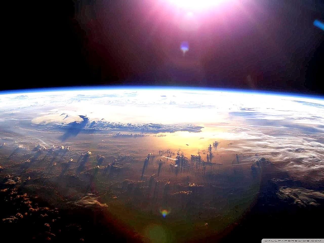 Oceano Pacífico desde o espaco. O sol e os oceanos são os grandes reguladores do clima da Terra. Comparado com eles tudo o que podem fazer os humanos é bem pouca coisa