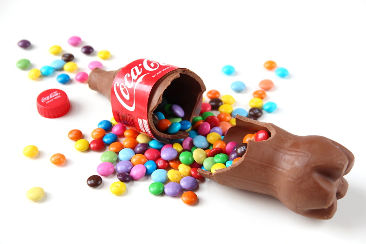 HOW TO MAKE A SWEET FILLED CHOCOLATE COCA-COLA BOTTLE.