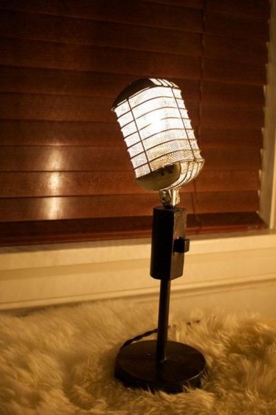 Lampu terbuat dari mikrofon